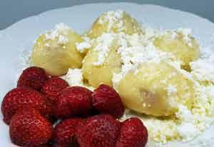 Bramborovo-tvarohové knedlíky s jahodami Podle Lucie Kůželové